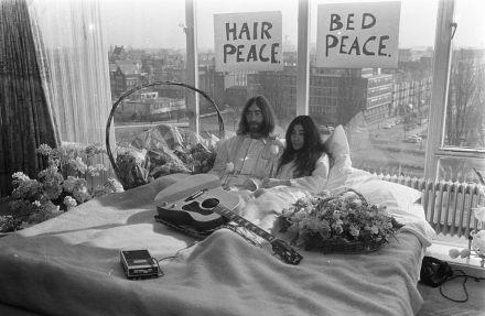 1024px-Bed-In_for_Peace,_Amsterdam_1969_-_John_Lennon_&_Yoko_Ono_17.jpg